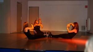 Chorégraphie de trois danseuses du groupe des roses